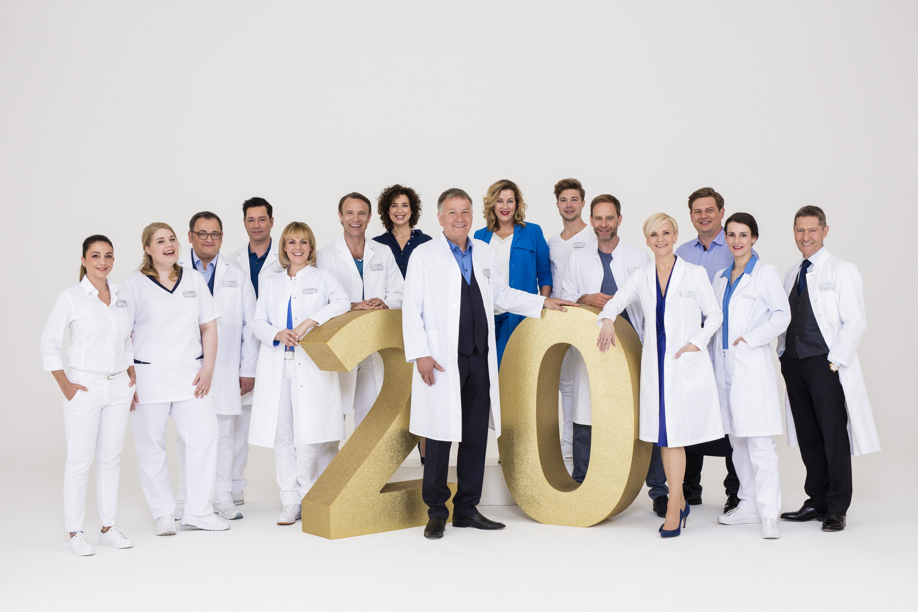 """(20 Jahre IaF – Bildrechte: ARD/Saxonia/Markus Nass): Kaum zu glauben: """"In aller Freundschaft"""" feiert schon sein 20. Jubiläum."""
