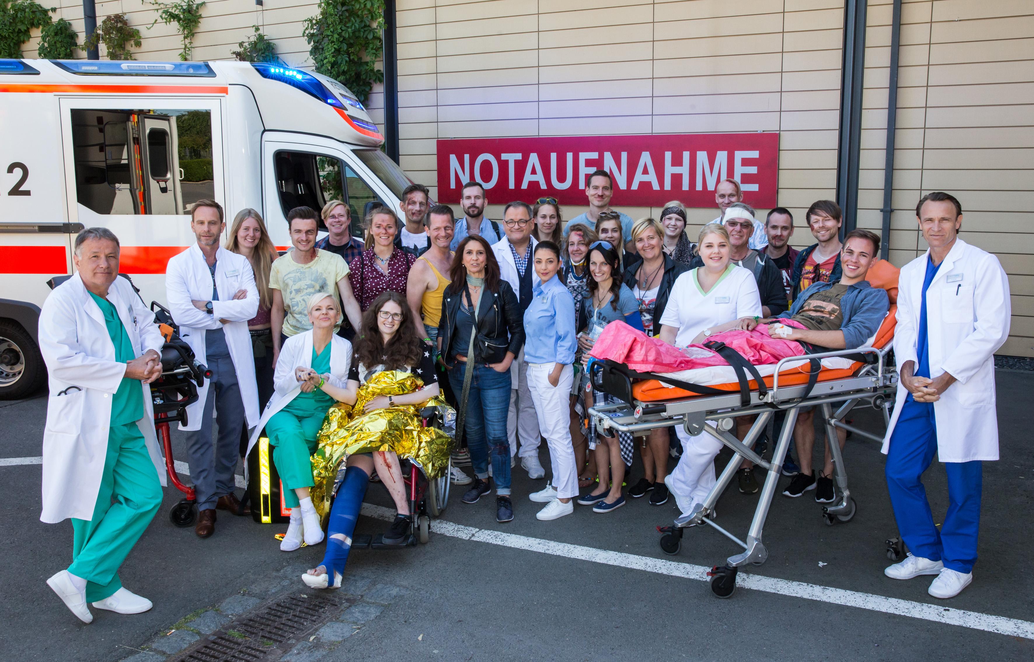 """(Jubiläumsfolge """"Ein verrückter Tag 1"""" – Bildrechte: MDR/Saxonia Media): 20 Fans haben bei der Jubiläumsfolge """"Ein verrückter Tag"""" als Komparsen mitgespielt."""